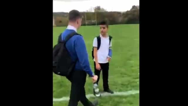 Alunos simulam ato de tortura em refugiado sírio numa escola britânica