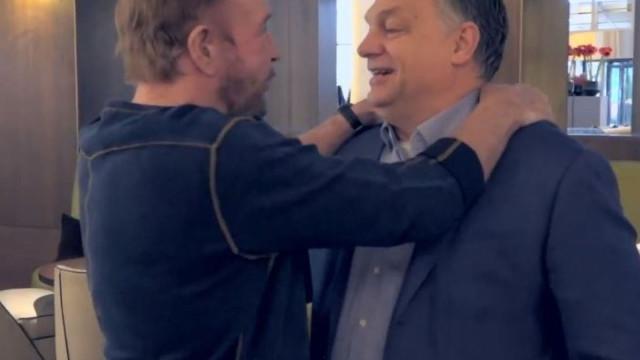 Chuck Norris em passeio pela Hungria com guia curioso: Viktor Orbán