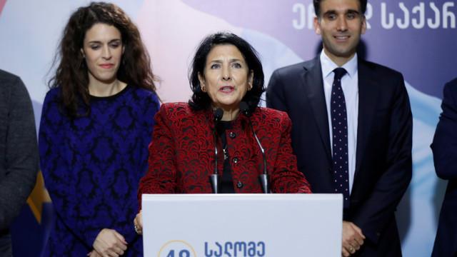 Primeira mulher Presidente da Geórgia tomou posse debaixo de contestação