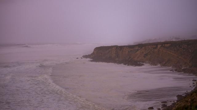 Ameaça de queda de bloco na arriba da Praia Grande. Acesso interditado