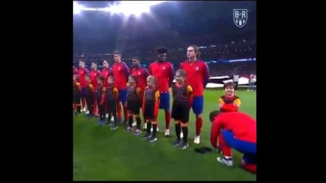 O hino da Champions é bonito, mas o gesto de Griezmann ainda mais