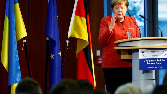 Merkel pede contenção a Kiev depois de Ucrânia pedir intervenção da Nato