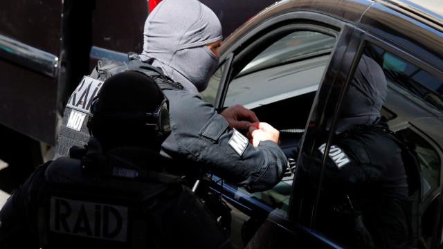 Mulher que se barricou em banco francês já se rendeu
