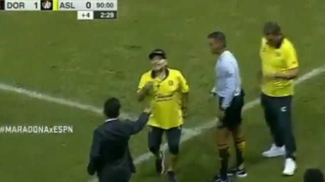 Maradona perdeu a cabeça com treinador adversário e acabou expulso