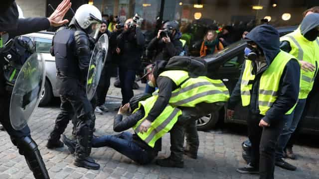 """Governo francês falha tentativa de negociação com """"coletes amarelos"""""""