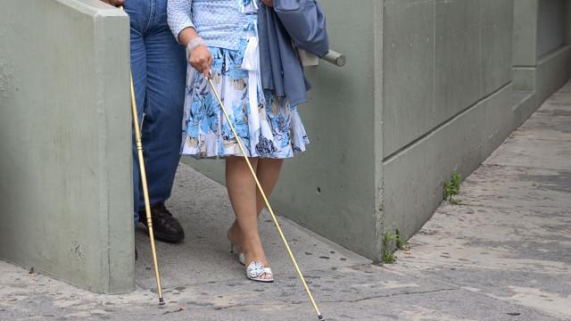 Casal de cegos e filho menor vivem em parque de campismo após despejo