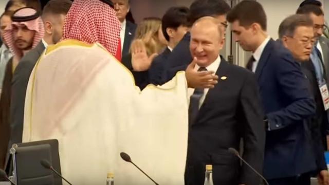 O cumprimento 'entusiasta' de Putin ao príncipe herdeiro saudita