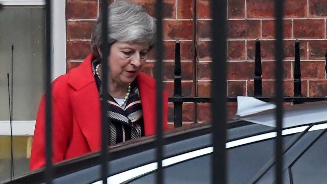 "May recolhe apoios de última hora para ""único"" acordo de Brexit possível"