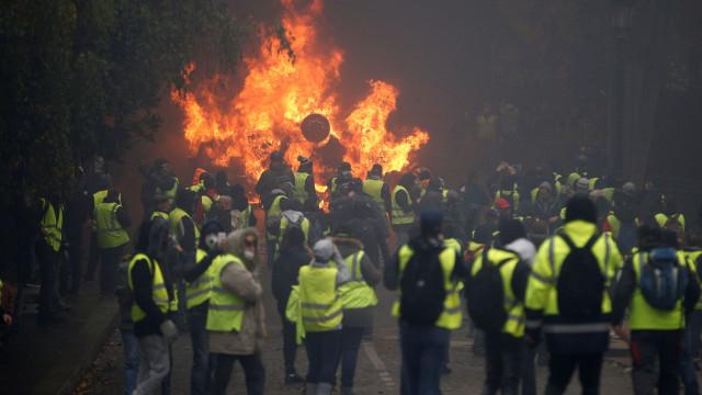 Confrontos, caos, feridos e detidos nos protestos dos 'coletes amarelos'