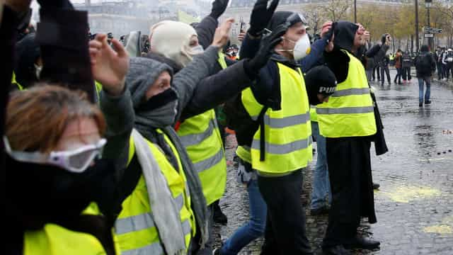 """Estudantes juntam-se a coletes amarelos. Governo pede """"responsabilidade"""""""