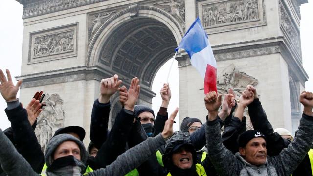 Ministro do Interior francês reúne com polícias após violência em Paris