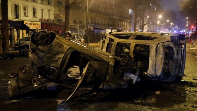 'Coletes amarelos' e extremistas semeiam destruição nas ruas de Paris