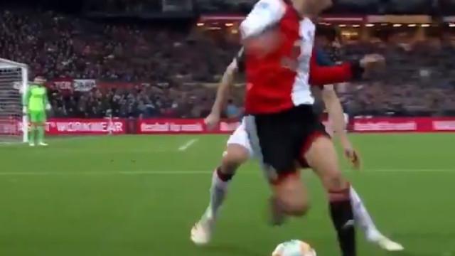 Jogador do Feyenoord deixou adeptos de boca aberta com esta finta