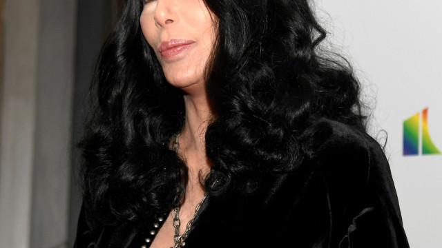 Aos 72 anos, Cher não 'vacila' na irreverência e arrasa em evento