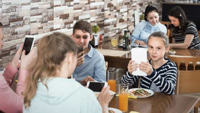 Restaurante oferece comida às crianças se os pais desligarem o telefone