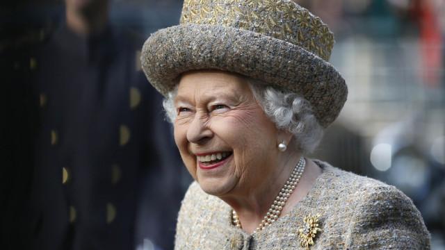 A reação de uma criança ao conhecer a rainha que está a provocar risos