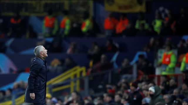 Mourinho: Pontapeia muro e assusta criança. O gesto depois torna-se viral