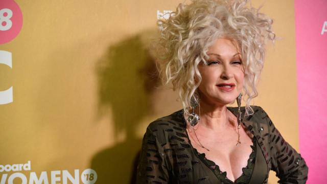 Aos 65 anos, Cyndi Lauper aposta em decote vistoso