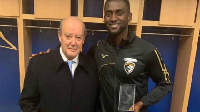 Jackson Martínez recebeu de Pinto da Costa troféu com três anos de atraso