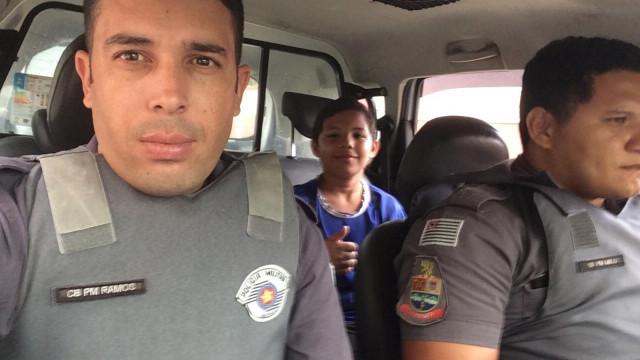 Menino perde autocarro, apanha boleia de polícia e 'assusta' mãe