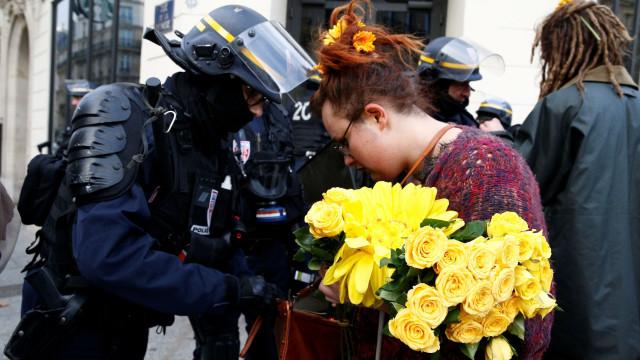 Paris aquece: Coletes amarelos ponderam juntar-se à Marcha do Clima