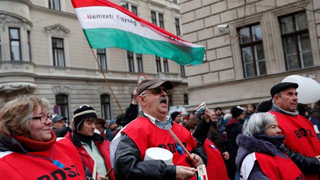 """Milhares manifestam-se na capital da Hungria contra """"lei da escravatura"""""""