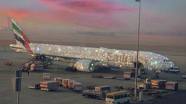 Avião da Emirates coberto de diamantes levanta voo... mas só online