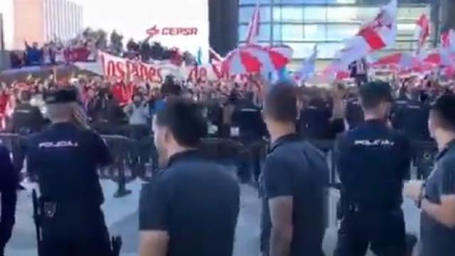 Jogadores do River Plate saíram do hotel para saudar adeptos