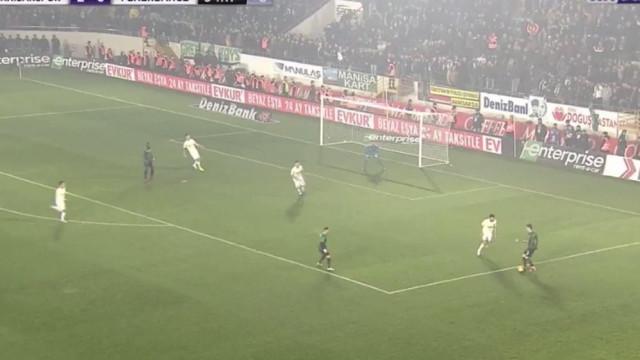 Akhisar marca terceiro ao Fenerbahçe ao ritmo do tiki-taka
