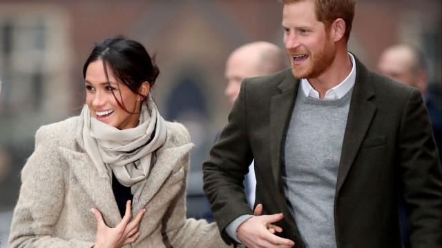 Príncipe Harry defende Meghan Markle 'contra tudo e contra todos'