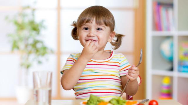 Entenda os impactos menos positivos das dietas vegan nas crianças
