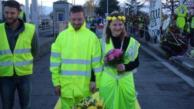 Também houve amor em França. Coletes amarelos casam em pleno protesto