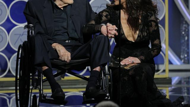 Catherine Zeta-Jones homenageia Kirk Douglas no 102.º aniversário