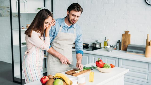 Afinal, por que é que descascar ou cortar cebola faz chorar?