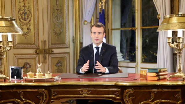 """Resposta de Macron à crise dos """"coletes amarelos"""" deve aumentar défice"""