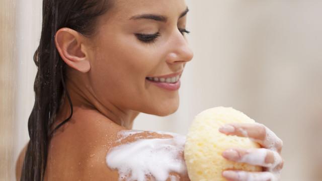 Usa puffs ou esponjas no banho? Eis a razão repulsiva para não o fazer...