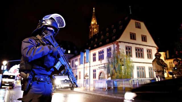 Atacante ainda em fuga: Polícia junto à catedral de Estrasburgo