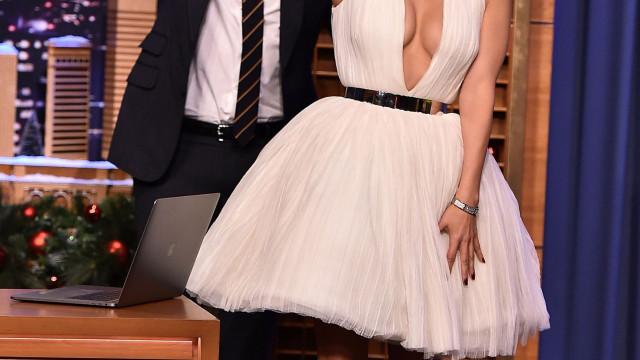Jennifer Lopez surpreende com decote arrojado em programa de Jimmy Fallon