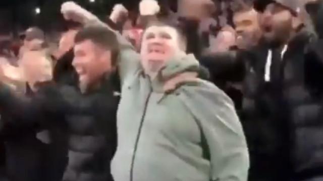 De arrepiar: Adepto cego festeja golo do Liverpool após relato do amigo