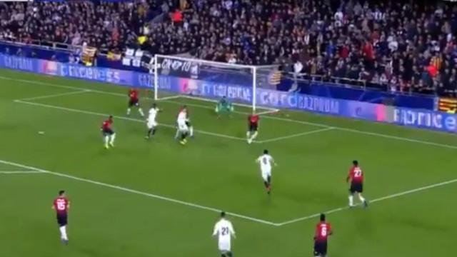 Defesa do Manchester United deixou-se 'dormir' e Soler não perdoou
