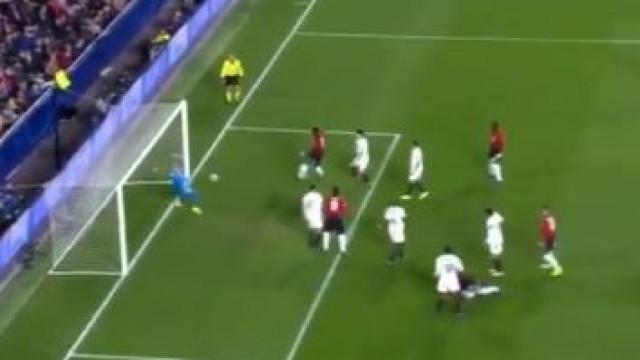 Pogba falhou este golo cantado e Mourinho deve ter ficado atónito