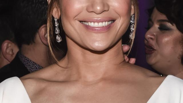Jennifer Lopez volta a dar nas vistas com look ousado