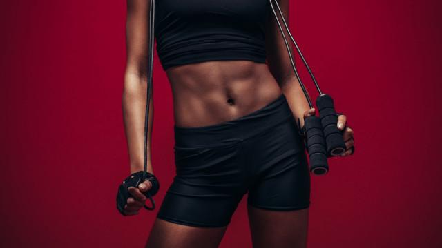 Vai treinar? Saiba por que saltar à corda é o melhor remédio para o corpo