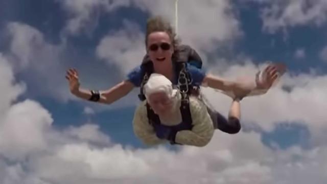Irene bate recorde ao saltar de paraquedas aos 102 anos