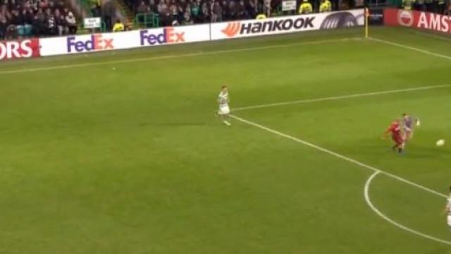Em que estaria a pensar o guardião do Celtic? O golo que corre o mundo