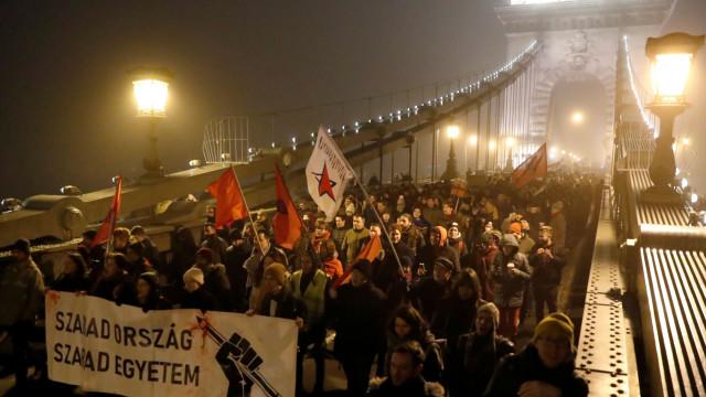 Segunda noite de protestos em Budapeste contra nova 'lei de escravatura'