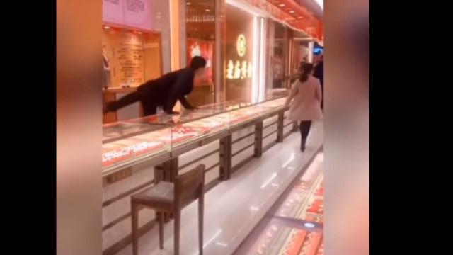Funcionários de joalharia apanhados por falso ladrão em partida viral