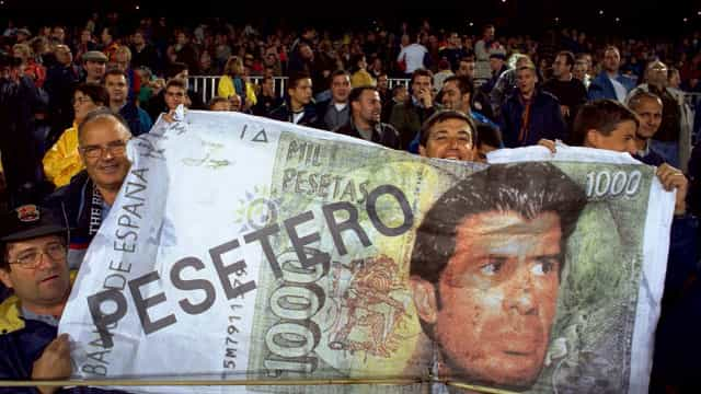 Grupo de adeptos pede retirada do nome de Figo de placa no Camp Nou