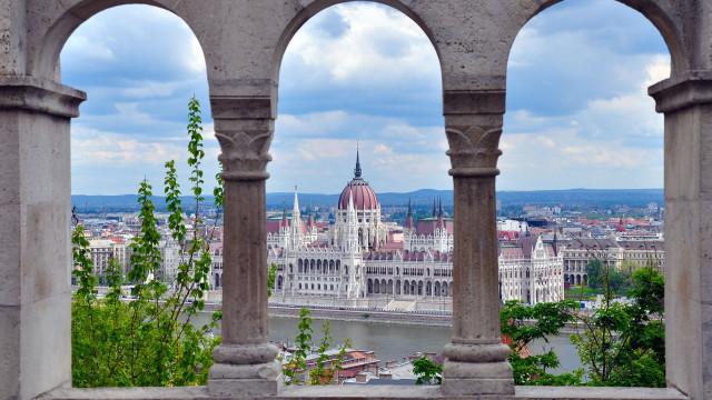 Duas cidades divididas por um rio que celebra o 'casamento' perfeito