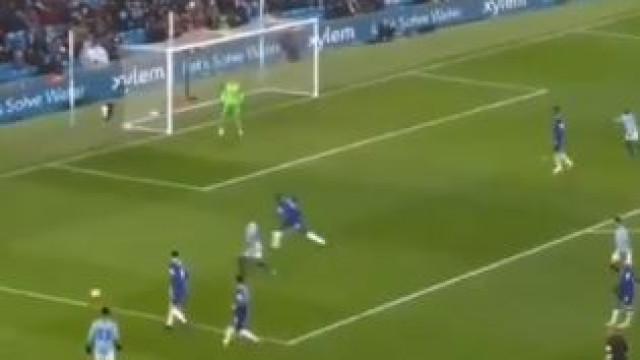 Sterling: Dois minutos e meio em campo, um toque... um golo